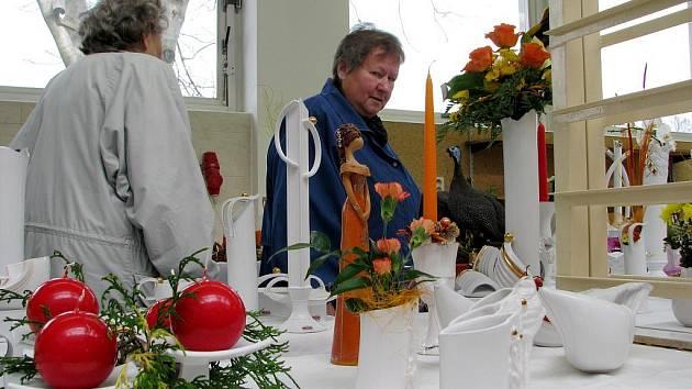 Keramika, květinové vazby a adventní věnce navodily atmosféru blížících se Vánoc.
