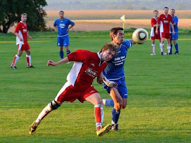 Bitvu na ostří nože přineslo nedělní okresní derby krajské fotbalové I. A třídy, ve kterém si Březová zásluhou staronového muže ve své sestavě Jiřího Vorlického odvezla tři body z Morašic.