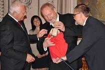 Starosta Michal Kortyš předal prezidentovi Václavu Klausovi marionetu s jeho podobou. Autorem loutky je litomyšlský řezbář Vojtěch Hurych.