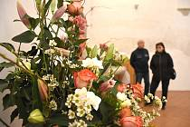 Múzy mezi květinami na zámku v Litomyšli.