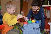 ZORAIDA JIMÉNEZ NAVAS. Osmadvacetiletá Španělka si do Čech nepřijela užívat. Hlídá děti a učí je anglicky. Projekt připravuje také pro hendikepované ve Světlance.