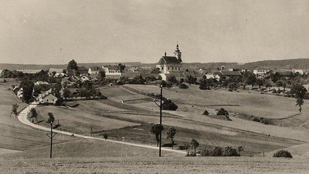 Pohled na Křenov s dominantou barokního kostela sv. Jana Křtitele.