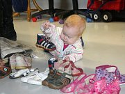 V DOBROČINNÉM BAZÁRKU potřeb pro rodiny s dětmi mohou lidé nakoupit ještě i dnes.