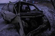 Řidič Škody Forman nezvládl u Oldřiše levotočivou zatáčku a narazil do stromu