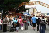 PLNÉ NÁMĚSTÍ. Stovky lidí v centru Svitav jsou v průběhu roku opravdu výjimkou. Akcí jako je pouť není do roka tolik, aby si obchodníci i turisté přišli na své.