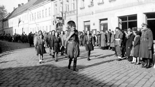 Průvod moravskotřebovských skautů městem v roce 1946. V čele průvodu vůdce střediska Jaroslav Hanzal.