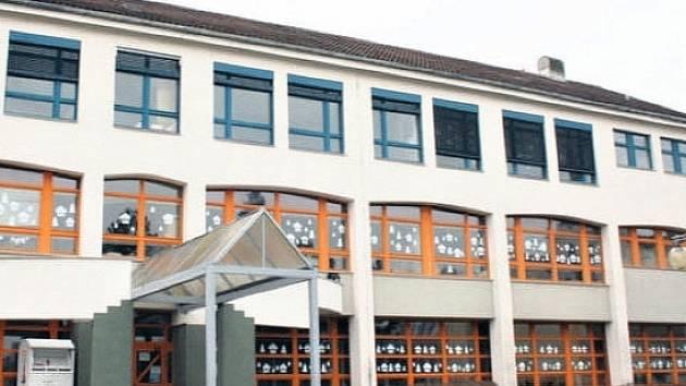 Stávající budova základní školy se potýká s plísní na fasádě a havarijním stavem oken.
