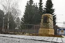 PŮVODNĚ ZDEMOLOVANÝ pomník J. W. Goethea je konečně kompletně restaurovaný po řádění vandalů. Jádrem sporu mezi zastupiteli je však cena jeho přemístění k Ottendorferově knihovně.