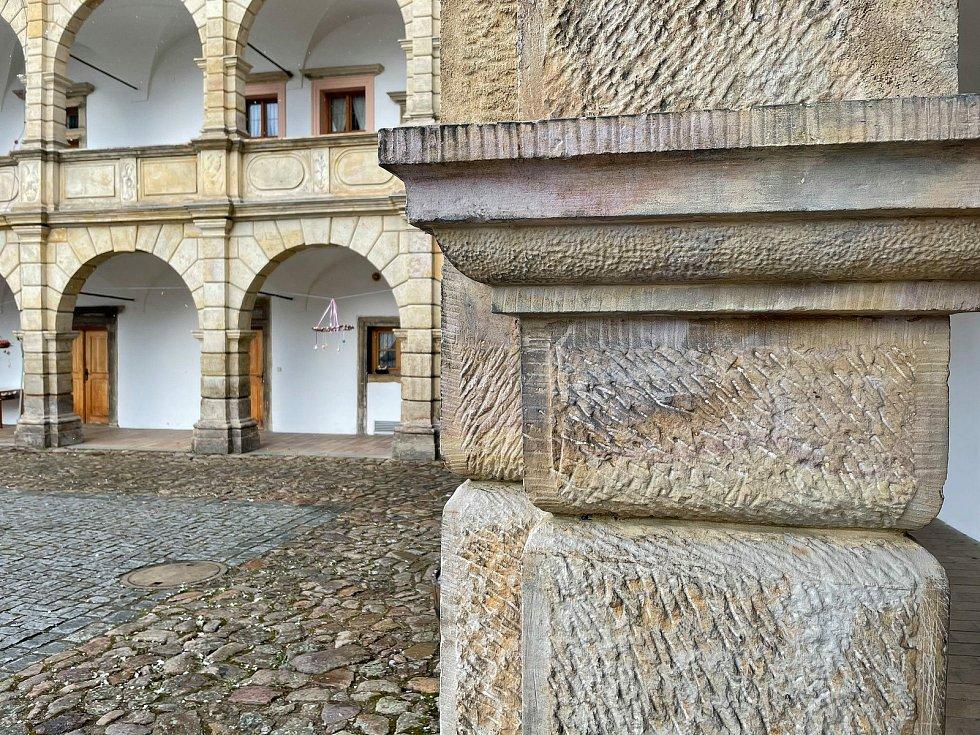 Parta dívek zapalovala na zámku v Moravské Třebové ohně a ničila sloupy na nádvoří.