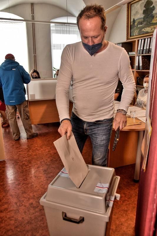 V Poličce se před volební místností na městském úřadu vytvořila už před 14. hodinou menší fronta. Zájem o volby je velký.