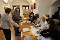Jedna z volebních místností se v Litomyšli nachází v městské knihovně. V pátek odpoledne sice lidé chodili, ale o davy nešlo. Přicházeli mladí i starší voliči.