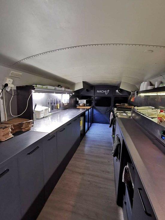 AMERICKÝ ŠKOLNÍ AUTOBUS přestavěný na pojízdnou restauraci měl brázdit republiku. Místo toho parkuje v Litomyšli a Martin Dvořák prodává jídlo přes okénko. Foto: Jan Smejkal
