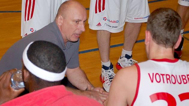 Stanislav Petr hovoří k hráčům.