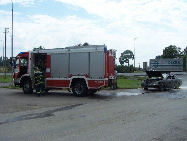 Sobotní požár mercedesu na křižovatce v Lačnově