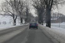 Na silnici I/35 ze Svitav do Litomyšle vane silný vítr a silnice je pod sněhem a ledovkou.