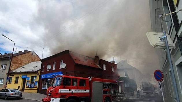 Hasiči vyjížděli k požáru půdních prostor domu na rohu ulic Tyrše a Fügnera a T. G. Masaryka.