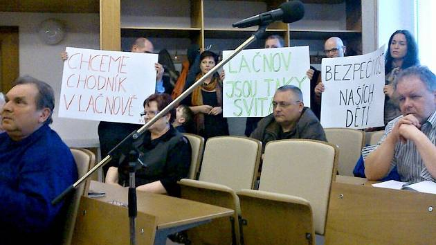 Lačnováci přišli vyjádřit svou nespokojenost přímo na zasedání zastupitelstva.
