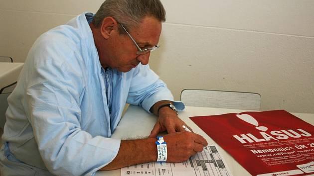 Pacient svitavské nemocnice Gerhard Gregor z Blanska vyplňuje dotazník. Poskytovanou péči hodnotí kladně.