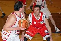 Za kratší konec tahali v utkání proti Valašskému Meziříčí svitavští basketbalisté (v bílém). Zkušenosti rozhodly pro soupeře.