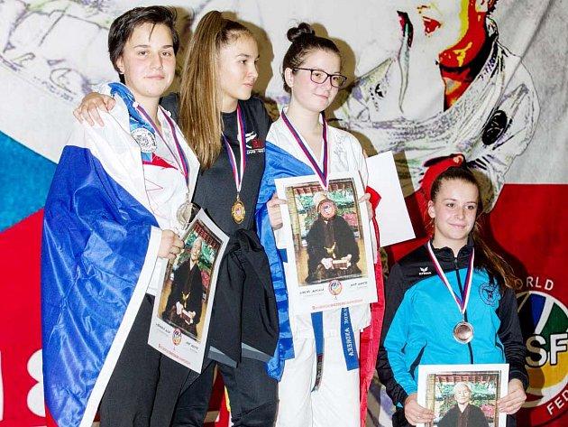 Na stupních. Anna Kašparová (vlevo) předvedla v evropské konkurenci výborné výkony a zařadila se mezi medailistky.