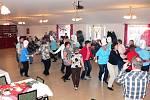 PŘI VZPOMÍNKOVÉM VEČERU se se všichni bavili. Členky klubu tančily skupinové tance. Jejich vystoupení měla velký úspěch.