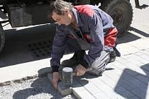 Na frekventované chodníky v Poličce pokládají dělníci praktickou zámkovou dlažbu.