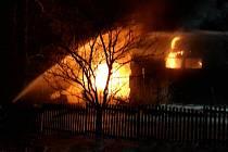 Sedm hasičských jednotek v noci ze soboty na neděli likvidovalo požár kolny v Dětřichově.