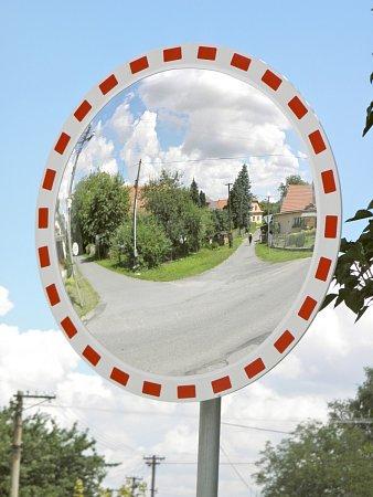 Nové zrcadlo zlepší vMorašicích výjezd na hlavní silnici. Bezpečnost vobci je zase otrochu větší.