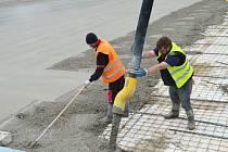 Koupaliště v Poličce přivítá sezonu s novým dnem. Dělníci si přivstali, aby práce stihli během jednoho dne.
