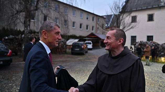 Andrej Babiš při návštěvě Otce Šebestiána ve františkánském klášteře v Moravské Třebové.