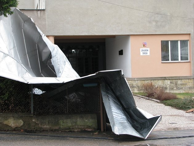 SILNÝ VÍTR odfoukl střechu ze Základní školy v Cerekvici nad Loučnou.