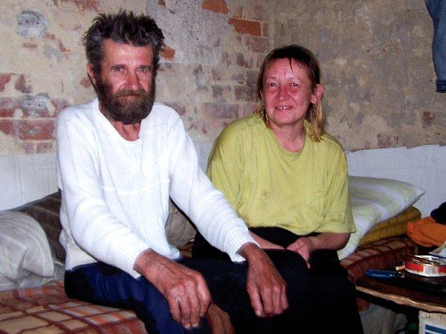 Bezdomovec JiříÍ a paní Jarmila si na dřevěný příbytek zvykli. Hledají místo, kde by jim bylo zase dobře.