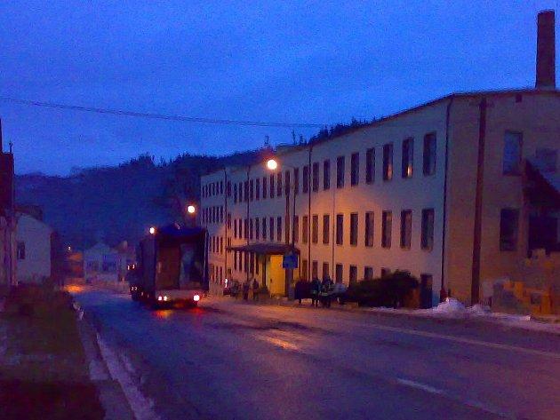 Hasiči vyproštovali  na Březovském kopci po nehodě hned dva nákladní automobily.