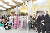 Slza naděje – LacrimAu  je tento týden vystavena v novém kostele Církve bratrské v Litomyšli. Unikátní expozice se koná v rámci festivalu Smetanova výtvarná Litomyšl. Slzu odhalil v pátek sám autor Federico Díaz.