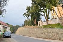 Zídku pod hřbitovem v Radiměři dělníci opravili. Už nebude ohrožovat řidiče, ani obyvatele vesnice, kteří tímto místem procházejí.