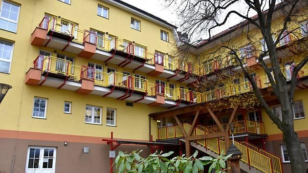 Mezi nejvíce covidem zasažené domovy pro seniory v Pardubickém kraji patří Drachtinka v Hlinsku. Z nejhoršího jsou už venku. Co bylo nejtěžší a z čeho měli pracovníci domova strach, přibližuje jeho MIROSLAVA KÁBELOVÁ.