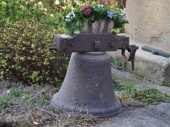 V kapličce v Říkovicích visí nový zvon.