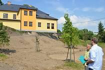 Na stavbu nového  hřiště pod základní školou dohlíží starosta          Čisté Bohumil Pavliš (v zelené košili) osobně.