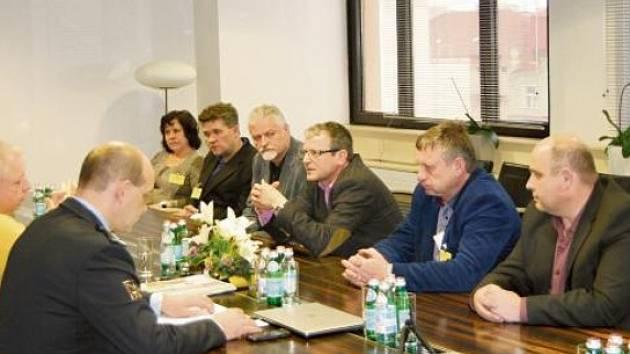 STAROSTOVÉ čtyř obcí na Svitavsku včera jednali s ministrem vnitra Milanem Chovancem v Praze.
