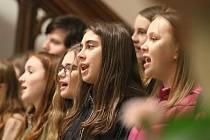 LITOMYŠLSKÉ SBORY ve středu v kostele Povýšení sv. Kříže v Litomyšli zpívaly na koncertě pro dobrou věc.