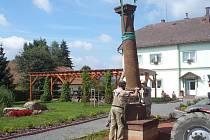 Na křenovskou náves se vrátil dřevěný pranýř z18. století.