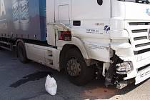 Řidič kamionu narazil do zaparkovaného automobilu.