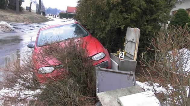 Tající sníh způsobil problémy na silnici.