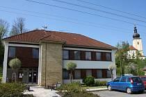 Po loňské výměně oken na obecním úřadě v Čisté budou letos pokračovat s dalšími opravami.