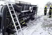 Kamion se převrátil v prudké zatáčce