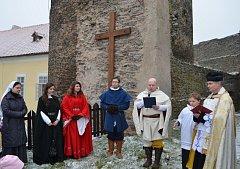Slavnostní svěcení kříže a zvoničky na hradě Svojanov.