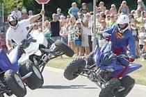 SKUPINA CRAZY DAY Jana Holuba se neživí jen předváděním náročných triků na čtyřkolkách. Jsou hlavními aktéry videoklipů osvětové kampaně pro řidiče a motorkáře.