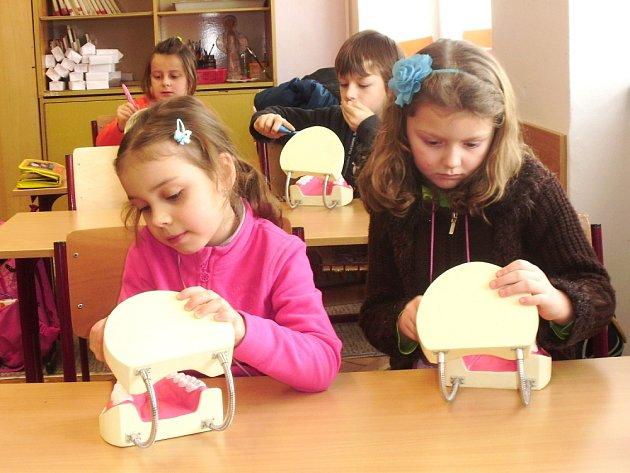 Prvňáčci nacvičovali správné čištění zoubků