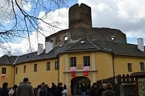 Slavnostní prapory na Svojanově. Během několika dnů bude ozdobena nejen empírová budova.