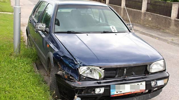 POŠKOZENÉ VOZIDLO mladíka, který usedl za volant navzdory zákazu a pod vlivem alkoholu a drog.
